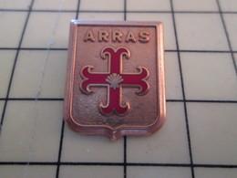 AB18-2 Pin's Pins : BEAU ET RARE : Thème ARTHUS BERTRAND / COQUILLE ST JACQUES ARRAS BLASON ECUSSON ARMOIRIE - Pin's