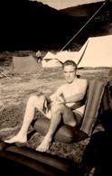 Photo Originale Gay & Playboy Sexy Sur Gonflable Le 03.08.1954 Au Camping - Tentes Canadiennes Au Soleil ! - Personnes Anonymes
