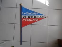 """DRAPEAU  """" Le PARISIEN Libéré  L'Equipe""""  50 ème TOUR De FRANCE , En Tissu Avec Manche En Bois :, D'époque (1963) - - Cyclisme"""