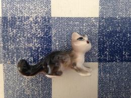 Feve Avec Trou Dessous Petit Chat à L' Affut 3,6 X 2,2 Cm - Animaux