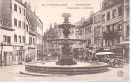 80 - En Franche-Comté - Besançon - Place Bacchus - La Fontaine ( Edition Des Nouvelles Galeries ) Traction Automobile - Besancon