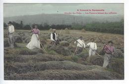 CPA À Travers La Normandie Récolte Des Foins Les Faneurs - Cultivation