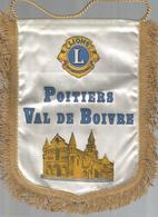 FANION , Lions International, POITIERS Val De Boivre, 1991, Dédicassé, 2 Scans , Frais Fr 1.95 E - Ecussons Tissu