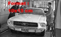 Reproduction D'une Photographie De Sheila à Côté D'une Ford Mustang Dans Une Station De Lavage - Reproducciones