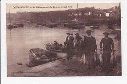 CPA 29 DOUARNENEZ Le Déchargement Du  Thon Au Grand Port - Douarnenez