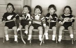 """INSOLITE Les Quintuplées Dionne # 10 -  """"Jumelles Dionne""""  Né En 1934, Gilets De La Ligue National LNH, Ont, Canada - Sports D'hiver"""