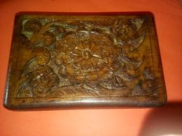 BELLE BOITE INDIENNE SCULPTE EN BOIS VERNIS - Asian Art