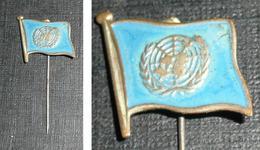 Rare épingle à Cravate En Laiton émaillé, Drapeau ONU Casques Bleus - Jewels & Clocks