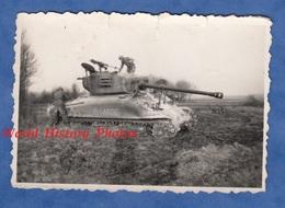 Photo Ancienne - Lieu à Situer - Militaire Français Sur Le Char G. GARDE - Modèle Et Régiment à Identifier - Guerre, Militaire