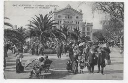 (RECTO / VERSO) CANNES EN 1915 - N° 400 - CASINO MUNICIPAL AVEC PERSONNAGES PENDANT LA MUSIQUE - CPA - Cannes