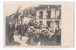 Longny Au Perche (61) Jour De Fête Char De La Fanfare Devant Hotel Rue Léon Groutel Animée. Carte Photo - Longny Au Perche
