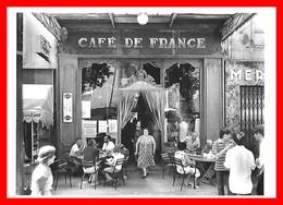 CPSM/gf (84) ISLE-sur-la-SORGUE.  Café De France, Très Animé, Thermomètre Martini. Carte Photo De W. Ronis 1979...E741 - L'Isle Sur Sorgue