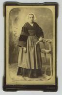 CDV. Femme Bretonne Avec Coiffe. Bretagne. Photographe A. Laroche à Vannes. - Anciennes (Av. 1900)