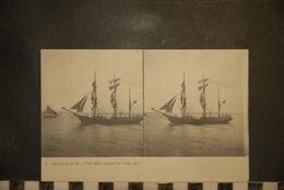 CP, BATEAU - Au Bord De La Mer - Trois Mâts Carguant Ses Voiles - Voiliers