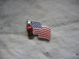 Pin's Coca Cola, Bouteille Devant Le Drapeau US - Coca-Cola