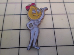 Pin1515a Pin's Pins / Beau Et Rare / THEME : CARBURANTS / ESSO MADAME GOUTTE D'HUILE - Postes