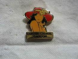 Pin's Pin-up Avec Un Chapeau De Couleur Rouge. Coiffure Chantal à OBERDORF (Dépt 68) - Pin-ups