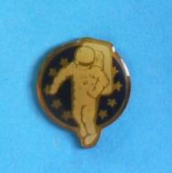 1 PIN'S //   ** SPATIONAUTE EUROPE / Astronaute USA / Cosmonaute RUSSIE ** - Space