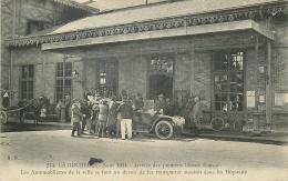CP LA ROCHELLE AOUT 1914 ARRIVEE DES PREMIERS BLESSES FRANCAIS VOITURE DEVANT HOPITAL - Oorlog 1914-18