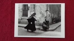 CPM ROBERT DOISNEAU JACQUES PREVERT REGARDE PASSER UNE BONNE SOEUR 1952 - Doisneau
