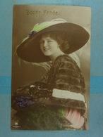 Femme à Chapeau Bonne Année - Mujeres