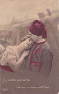 Le Comble Pour Un Poilu....Embrasser Sa Femme Sur Le Front - Femmes