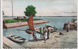 CARTE POSTALE   BOURG SUR GIRONDE 33  Pêcheurs D'esturgeons Arrivant Au Port - France