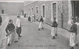 Militaria : A LA CASERNE : Escrime à La Baionette: (au Dos Pub. Chocolat De La Grande Trappe) - Casernes
