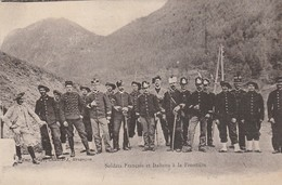 Militaria : Soldats Français Et Italiens à La Frontière ( Au Dos Tampon Milit. Franchise Postale Militaire ) - Guerre 1914-18