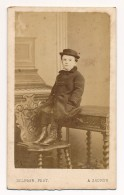 Photo Ancienne CDV C. 1860 Portrait D'un Enfant Bourgeois Jolie Pose Photographe Victor Coué à Saumur - Anciennes (Av. 1900)