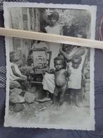 GUYANE CAYENNE PHOTO ORIGINALE  VERS 1925 DES HABITANTS ECOUTENT DE LA MUSIQUE SUR UN TOURNE DISQUE - Cayenne