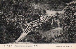 84Vn    Cameroun Cpa Essai Prototype (dos Vert Uni) Pont De Bois Sur Ruisseau - Cameroon