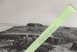 RARE. BREDENE Mer. Lot 2 Anciennes Photos. Aout 1945. Reste Occupation Allemande Et Guerre. Canon, Bunker... - Bredene
