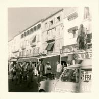 Photo (1968) : SAINT-TROPEZ (83, VAR), Sur Le Port, Commerces, MicMac, Garage, Café, Voiture Saint-Raphael Ménager - Lieux