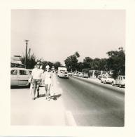 Photo (1967) : SAINT-TROPEZ (83, VAR), Couple Sur La Route Pour La Bouillabaisse Plage, Caravane, 2 CV Citroën... - Lieux