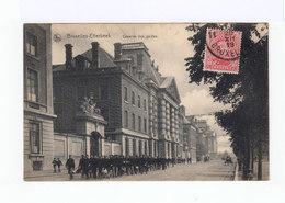 Bruxelles Etterbeek. Caserne Des Guides. Avec Troupe De Soldats. (2825) - Monuments, édifices