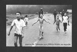 MILITARIA - MILITAIRE - GUERRE DU VIETNAM 1972 FILLETTE NUE BRÛLÉE AU NAPALM ET AUTRES ENFANTS QUI FUIENT - Militaria