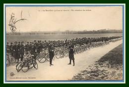 CPA Le Bataillon Cycliste En Réserve En Attendant Les Ordres Voy Sem. 1906 Mourmelon Le Grand ( CP à Dos Collé) Vélo - Camp De Châlons - Mourmelon
