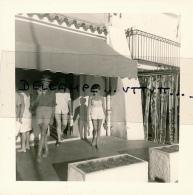 Photo (1968) : SAINT-TROPEZ (83, VAR), Sur Le Port, Couple Sortant D'un Magasin, 2 Scans - Lieux