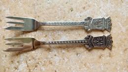 SOUVENIR TOURISTIQUE - 2 Fourchettes Miniatures - ORLEANAIS Aux Fleurs De Lys - Made In Holland 11cm - Acier Metal - Other Collections
