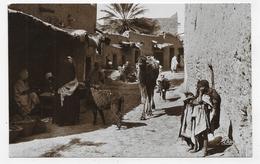 ALGERIE - N° 1298 - UNE RUE DE VILLAGE ARABE AVEC PERSONNAGES - FORMAT CPA NON VOYAGEE - Scènes & Types