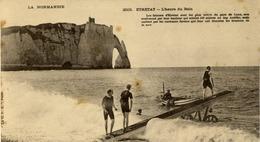"""76 La Normandie N° 2503 - ETRETAT - L'Heure Du Bain - """"Les Falaises D'Etretat Sont Les Plus Belles..."""" - Précurseur - Etretat"""