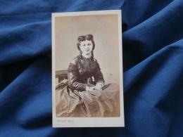 Photo CDV  Millet Rue Montesquieu Paris  Jeune Femme Assise  Coiffure Avec Anglaises  Second Empire - CA 1865 - L377 - Anciennes (Av. 1900)