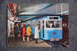PARIS - Le Métro : Rame Sur Pneumatiques En Station - Subway