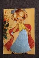 Petite Fille Avec Robe En Fils - Brodées