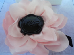 "VIKTOR & ROLF: ""FLOWERBOMB""  BROCHE /PINCE  NEUVE  SIGLEE   LIRE ET VOIR !! - Miniatures Womens' Fragrances (in Box)"
