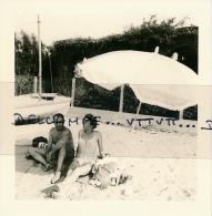Photo (1967) : SAINT-TROPEZ (83, VAR), Couple, Homme Et Femme Plage De La Bouillabaisse, Parasol, Maillots De Bains - Lieux
