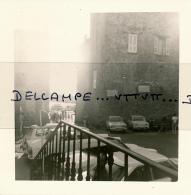 Photo (1967) : SAINT-TROPEZ (83, VAR), Place, Ruelle Donnant Sur Le Port, Simca 000; 4L Renault, 404 Peugeot... - Lieux