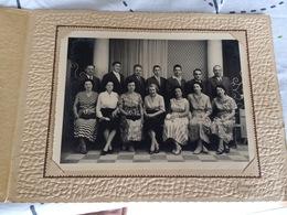 Photo Ancienne De La Famille Marsac 1960 ( Photographe E. PERRAGUIN à  LE BLANC  ( 36 INDRE  ) ) Format 32 X 24 Cm - Personnes Anonymes
