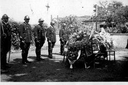 CEREMONIE MILITAIRE -CERCUEIL FLEURI ET MILITAIRES AU GARDE A VOUS   PHOTO SEPIA - War, Military